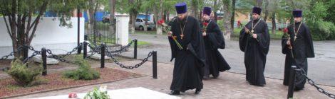 Священнослужители Волгодонского кафедрального собора Рождества Христова возложили цветы к братской могиле в Красном Яру